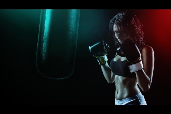 Kvinna med boxningshandskar.